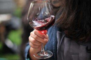 Lắc ly rượu vang trước khi uống để ngon hơn